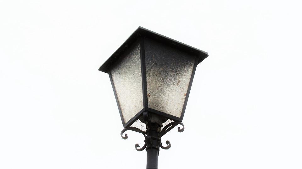 Во дворе на Палехской починили фонарь